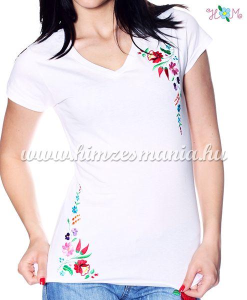 V-nyakú rövid ujjú női póló kalocsai hímzett mintával - fehér (S, M, L, XL, 2XL) - Hímzésmánia