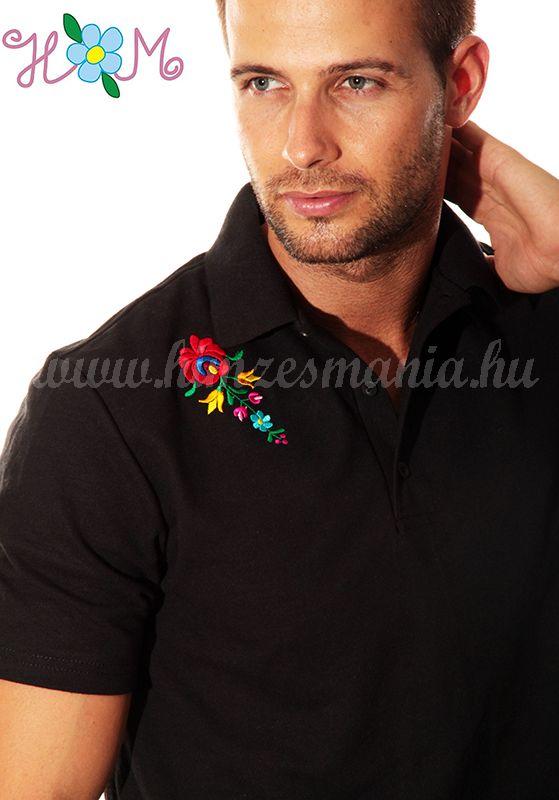 b73e73c641 Hímzésmánia - matyó mintás elején-hátulján hímzett galléros férfi póló -  fekete