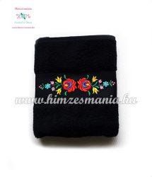 Fekete kéztörlő, törölköző, fürdőlepedő színes matyó motívummal - gép hímzés